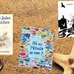 Sélection de 5 livres pour enfants de la bibliothèque sur le thème de la mer posés sur un fond sable avec des coquillages