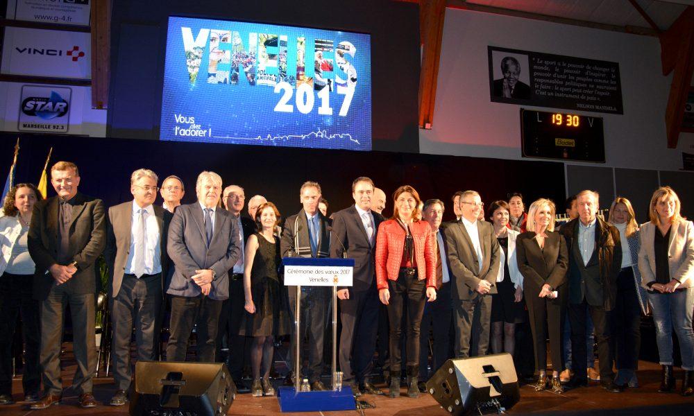 photo des élus du terrtoire alignés sur la scène.