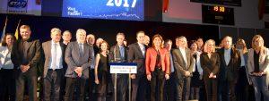 Photo des élus du territoire côte à côte sur la scène avec au centre le Maire de Venelles, Arnaud Mercier et Martine Vassal, Présidente du Conseil départemental