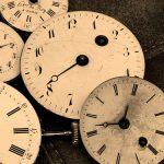 Photo de plusieurs horloges posées sur un fond cuir noir