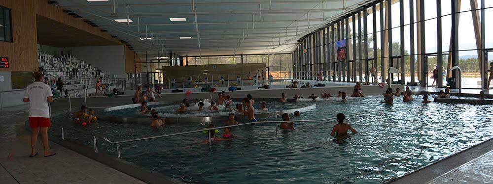 Photo de l'intérieur du centre aquatique Sainte Victoire avec pleins de gens en train de nager
