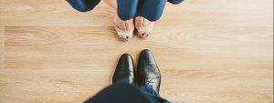 Photo prise du dessus montrant les pieds d'un homme et d'une femme en chaussures face à face prêts à danser