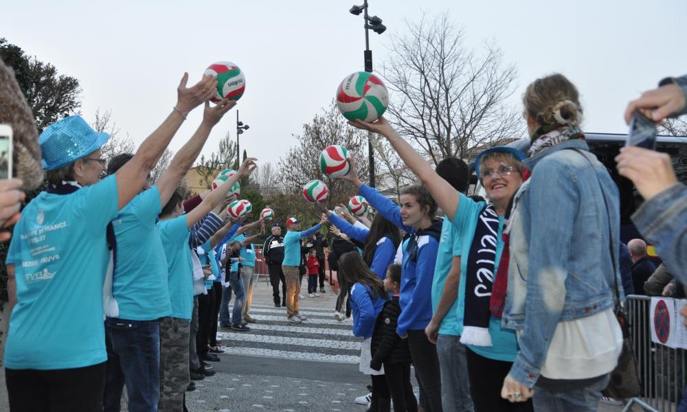 La haie d'honneur des Blue Stars pour accueillir la coupe, les volleyeuses et le staff du PAVVB
