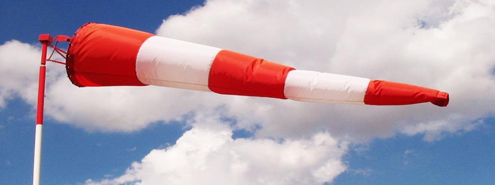 """Photo d'une """"manche à air"""" flottant au vent pour montrer les vents violents à venir"""