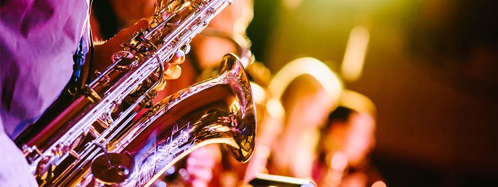 Photo zoomé d'un orchestre de jazz et plus précisément un saxophoniste