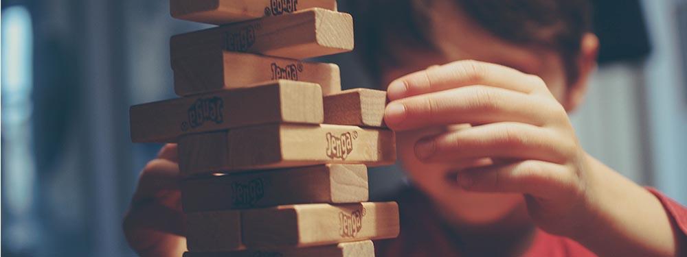 Photo d'un enfant en train de jouer au jeu en bois jenga