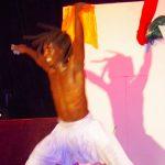 Danseur africain en train de danser sur une scène