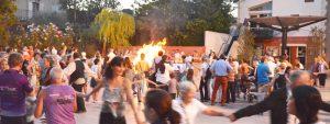 Photo de la fête de la Saint-Jean représentant des gens faisant la ronde autour du bûcher