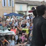Photo du public en train de regarder un spectacle de danse sur la place des logis pendant les mardis en fêtes