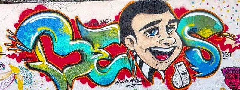 Graffiti représentant un personnage avec un sifflet devant une écriture graffée
