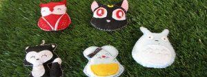 Photo de peluches kawai en forme de chat, hibou, souris posé sur un sol en gazon