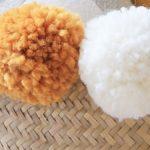 Photos de pompons accrochés sur un panier
