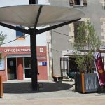 Photo de la place des logis avec l'entrée de l'office de tourisme de Venelles