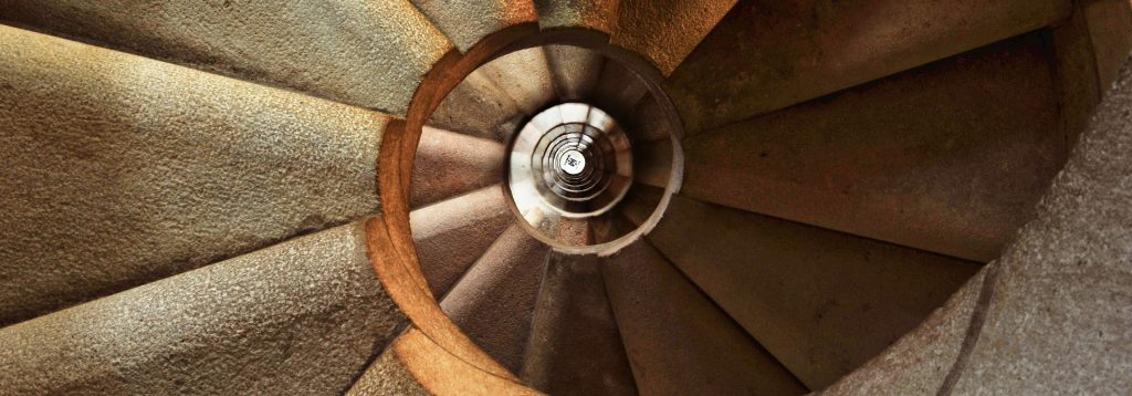 Photo représentant un escalier en colimaçon, vue d'en haut