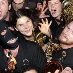 Photo représentant un groupe de musiciens avec leurs trompettes, trombones et saxophones, en vue plongeante