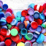 Photo représentant un coeur réalisé avec des bouchons en plastique de toutes les couleurs