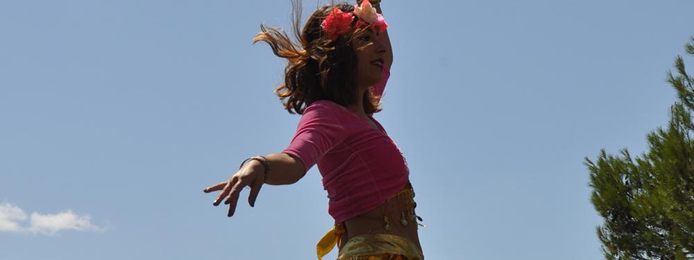 Photo d'une jeune fille en train de faire une danse orientale