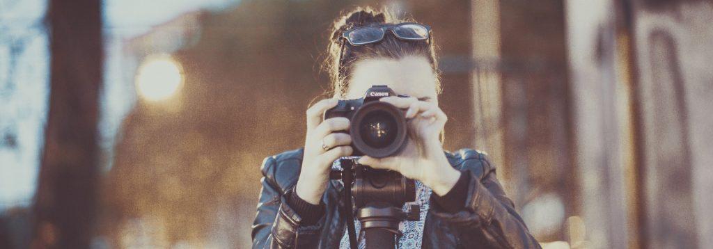 Photo d'une jeune fille de face en train de prendre une photo