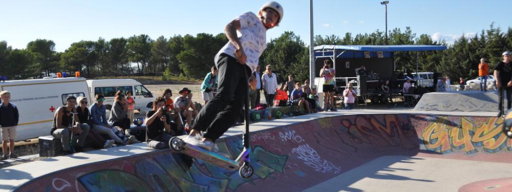 Photo d'une trotinette en train de faire un saut dans le skatepark de Venelles