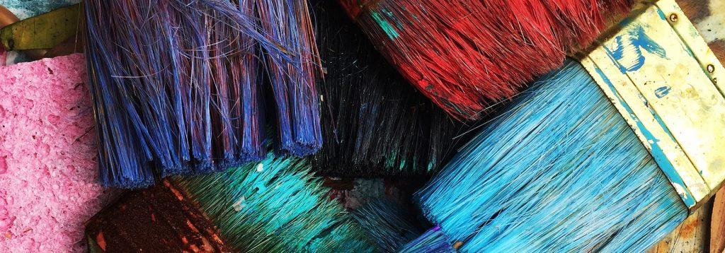 Photo de plusieurs pinceaux de couleurs superposés