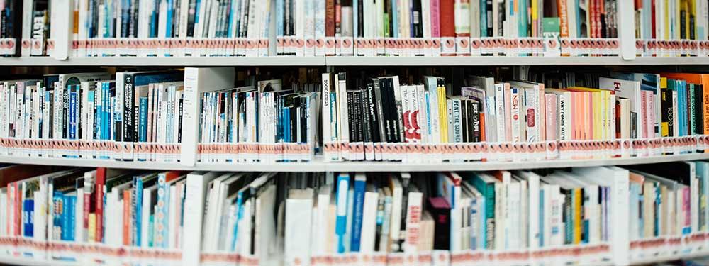 Photo de rayons d'une bibliothèque remplie de livres