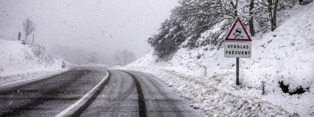 Photo d'une route enneigée