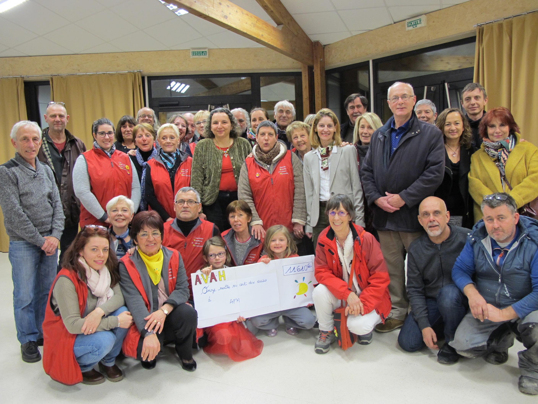 Photo de l'equipe de l'AVAH avec le chèque de 11610€ récoltés en 2017