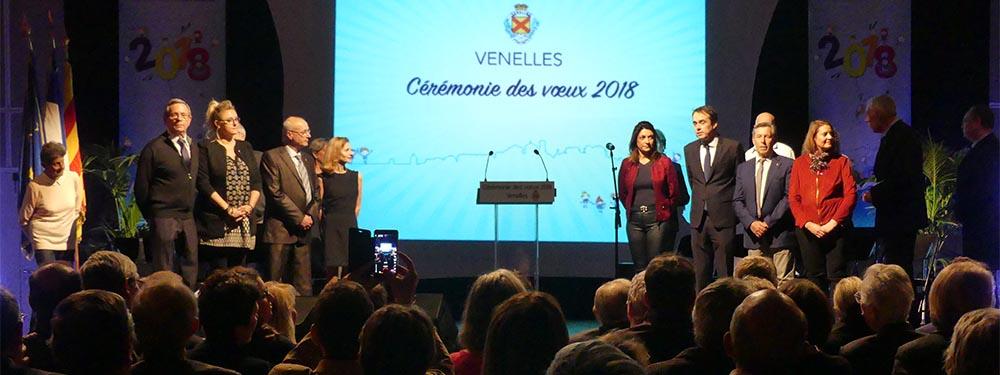 Photo de la scène de la cérémonie des Voeux 2018 montrant le maire et les élus sur scène