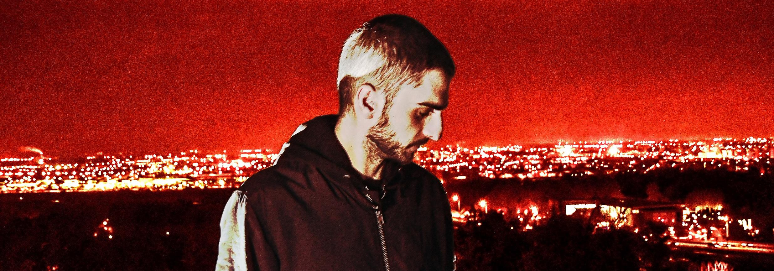 Photo de l'artiste Altarba de profil sur un fond de ville rouge