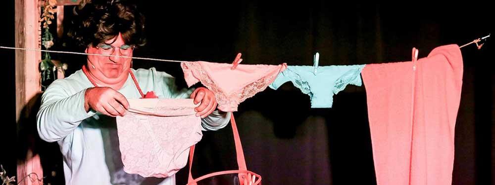 Photo montrant l'acteur en train d'étendre ses culottes sur la scène