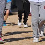 Photo de jambes d'enfants en train de courir pour le cross des écoles
