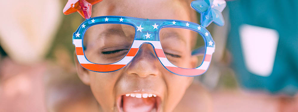 """Photo d'un enfant en train de crier portant des lunettes """"drapeau des USA"""""""