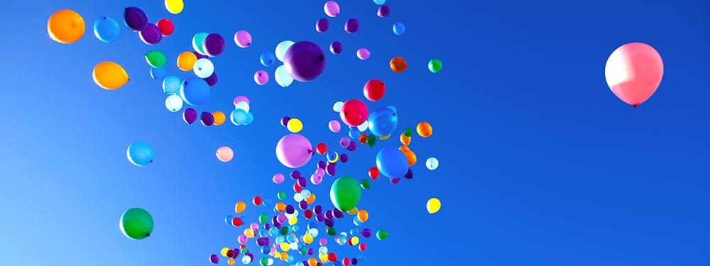 Photos de plein de ballons de couleurs s'envolant dans le ciel