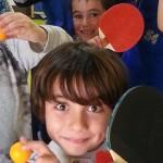 Groupe d'enfants jouant au ping pong