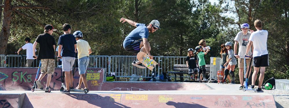 Photo d'un skater au skate park