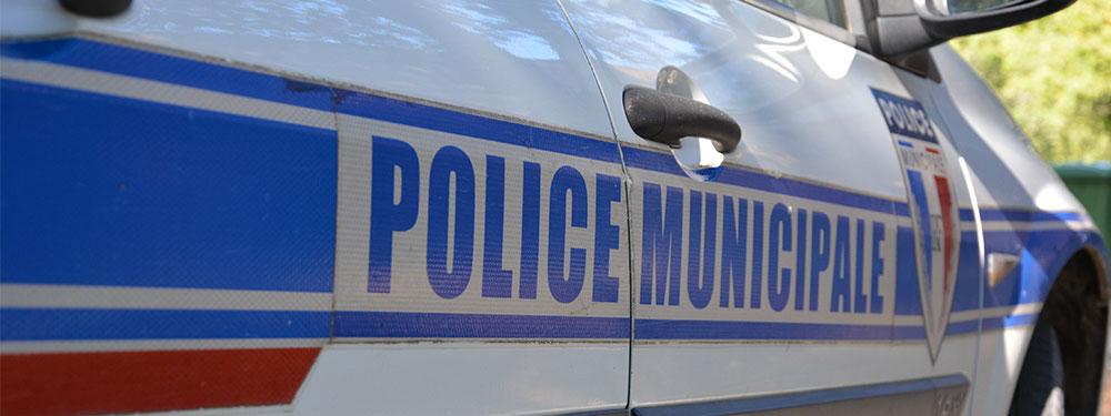 Portière d'une voiture de la police municipale