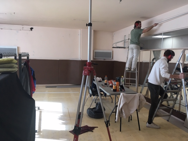 Photo montrant nos services techniques en train de rénover la salle de la MJC