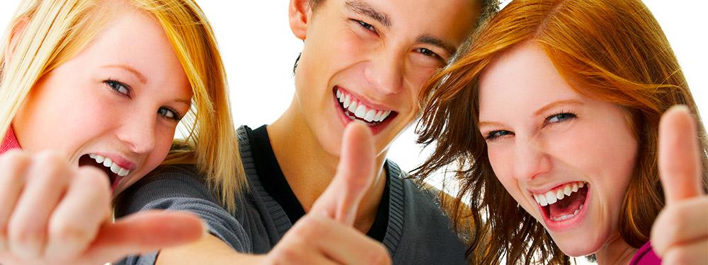 Groupe de trois adolescents heureux