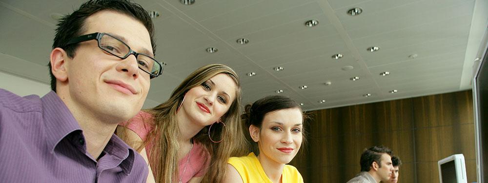 Groupe de jeunes personnes en salle de formation