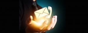 Photo d'une main avec un téléphone et une enveloppe (représentant le mail)