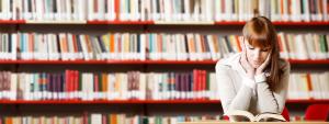Jeune femme lisant dans une bibliothèque