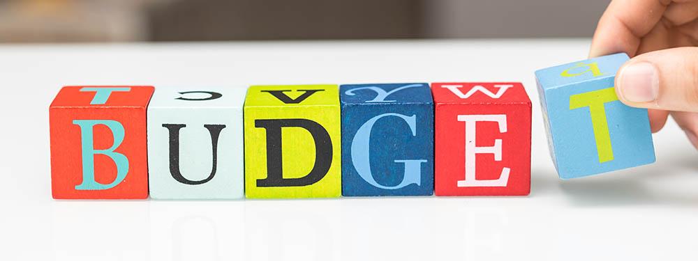 Photo montrant des cubes de couleurs avec sur chaque cube une lettre. Le tout formant le mot budget