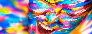 Photo d'un comédien avec un maquillage coloré