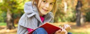 Enfant souriante tenant un livre