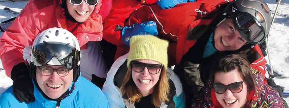 Groupe de personnes souriantes au ski