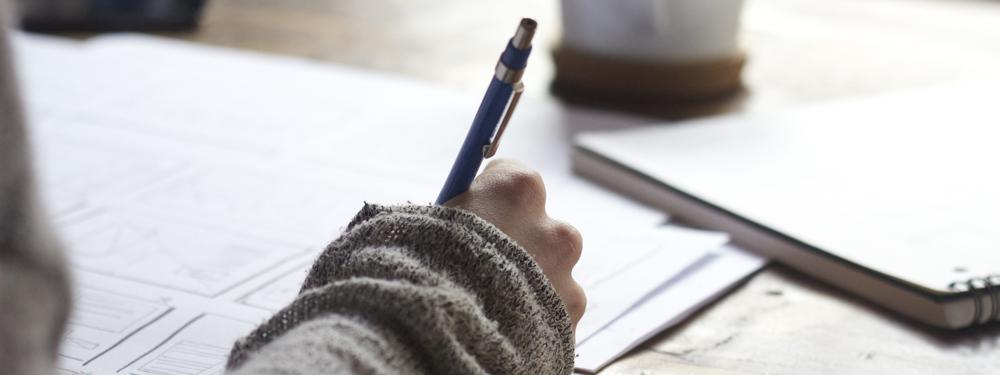 Photo d'une personne avec un crayon