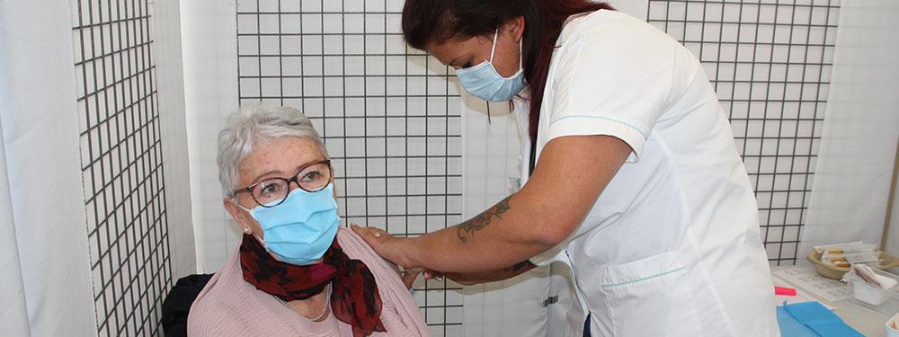 Photo du centre vaccinal Durance Sud montrant une femme en train de se faire vacciner