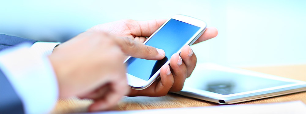Photo d'un homme tapant sur un téléphone portable