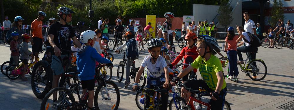 Groupe de jeunes à vélo