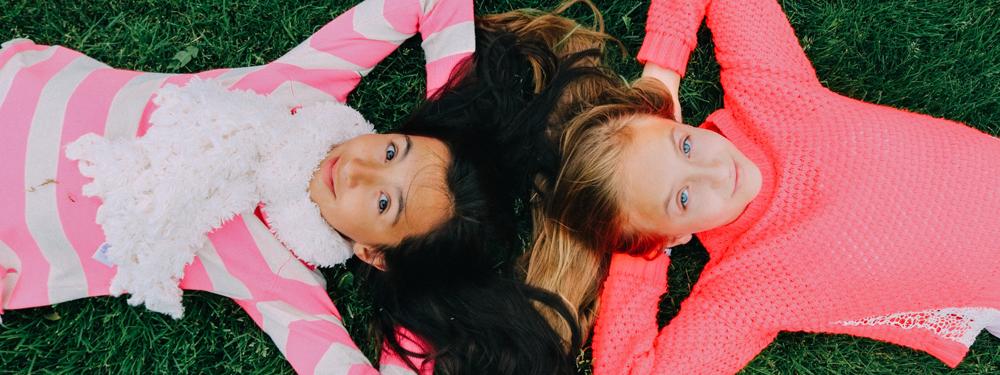 Photo d'enfants allongés dans l'herbe